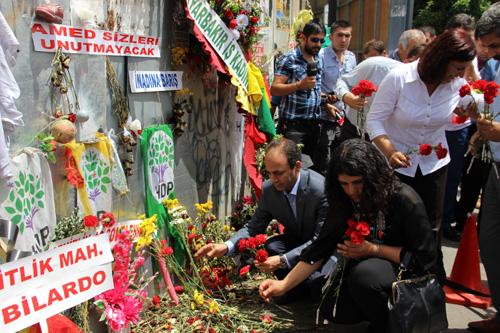 HDP'li vekiller patlama alanını ziyaret ediyor.