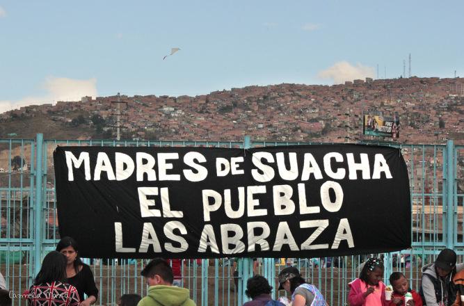 """Kadınlar, Kolombiya Silahlı Kuvvlelerinin karıştığı """"yanlış pozitif"""" skandalı ile ilgili cezasızlığı protesto ediyorlar. Foto: Carmela María"""