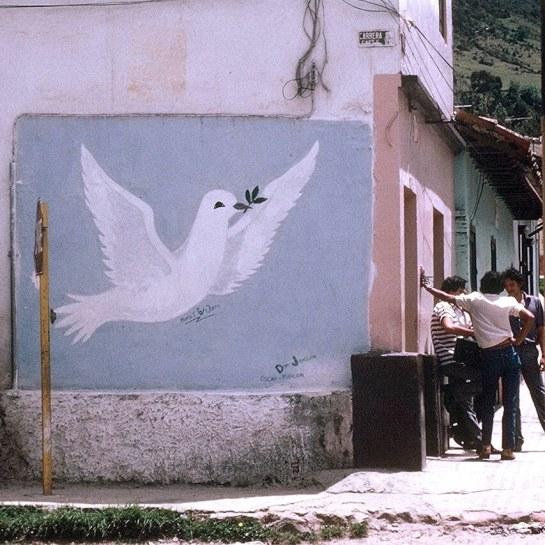 Pamplona sokağında bir duvar resmi ve erkekler. (1984-1985). Fotoğraf: The Real Estreya