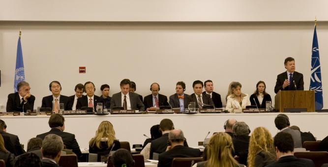 Kolombiya Devlet Başkanı Juan Manuel Santos, Uluslararası Ceza Mahkemesi Roma Statüsüne Taraf Devletler 9. Toplantısının açılışı sırasında bir konuşma yapıyor. Fotoğraf: UCM Koalisyonu