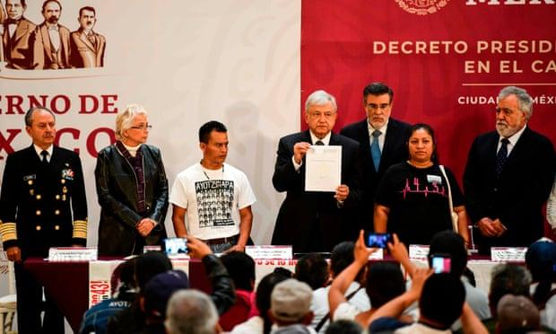 Cumhurbaşkanı Andrés Manuel López Obrador, imzaladığı, zorla kaybettirilen 43 öğrenci vakasının araştırılması emreden kararnameyi Meksiko Kenti'ndeki Ulusal Saray'da yapılan yemin töreninde öğrencilerin yakınlarıyla birlikte paylaşıyor. (Foto: Ronaldo Schemidt/Ajans France Press- AFP/Getty Images)
