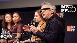 Filmin basın toplantısında Cleo ve anne karakterleri ile birlikte yönetmen Cuaron.